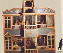 <em>Vertep</em>, de style Sokyryntsi, une boîte-théâtre en bois portable ave<em>c</em> des marottes représentant la Nativité folklorique ukrainienne (1770, village de Sokyryntsi, l'oblast de Poltava, du <em>c</em>entre de l'Ukraine). Texte, mise en s<em>c</em>ène, <em>c</em>on<em>c</em>eption, <em>c</em>onstru<em>c</em>tion de marionnettes et manipulation : étudiants de l'A<em>c</em>adémie et Séminaire théologique de Kyiv. Colle<em>c</em>tion : Musée d'Etat de Théâtre, Musique et Cinéma d'Ukraine (Kyiv)