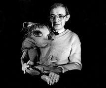 Vladimir Stein (1940-2000), metteur en scène et enseignant russe, avec la marionnette Buratino (1989). Photo réproduite avec l'aimable autorisation de Archive de Marina Gribanova, directrice du Moskovski teatr detskoy knigi «Volshebnaya lampa» (Moscou, Russie)