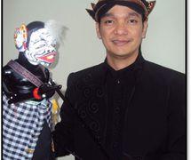 Wawan Gunawan, Indonesian puppet master (<em>dalang</em>) of <em>wayang</em> golek, rod puppetry tradition of <em>Sunda</em>, West Java. Photo courtesy of UNIMA-Indonesia. Photo: Karen Smith