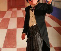 El caballero, títere de hilos, altura: 49 cm, por Yale Puppeteers (1927-1960s), uno de los títeres del Turnabout Theatre (Los Ángeles, California, 1942-1956). Colección: The Cook / Marks Collection, Northwest Puppet Center (Seattle, Washington, Estados Unidos). Foto: Dmitri Carter