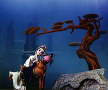 <em>Pigsy porte son épouse sur son dos</em> (猪八戒背媳妇, 1954) par Zhongguo Muou Yishutuan (District de Chaoyang, Beijing, République populaire de Chine), mise en scène : Zhou Yiren, conception et fabrication : Zhang Kuangyu, marionnettiste : Cai Wanrong. Marionnettes à tiges, hauteur : 70-100 cm. Photo réproduite avec l'aimable autorisation de Zhongguo Muou Yishutuan