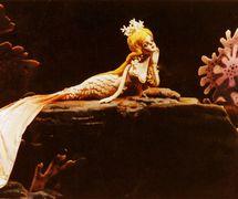 <em>La petite Sirène</em> (美人鱼, 1998) par Zhongguo Muou Yishutuan (District de Chaoyang, Beijing, République populaire de Chine), mise en scène : Rong Xiaomi, Wang Zibin, conception et fabrication : Suo Wanjin, Man Shuxiang, marionnettistes : Shen Ping, Wang Lei, Li Yaru. Marionnettes à tiges, hauteur : 70-100 cm. Photo réproduite avec l'aimable autorisation de Zhongguo Muou Yishutuan