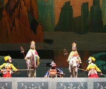 <em>Le vrai Roi des singes et l'Imposteur</em> (真假孙悟空, 1999) par Zhongguo Muou Yishutuan (District de Chaoyang, Beijing, République populaire de Chine), mise en scène : Wang Zibin, Liu Yuchen, conception et fabrication : Suo Wanjin, Zhang Shihua, Nie Chengxiang, Yang Jun, marionnettistes : Wang Lei, Shen Ping, Xin Yusheng et d'autres. Marionnettes à tiges, hauteur : 70-100 cm. Photo réproduite avec l'aimable autorisation de Zhongguo Muou Yishutuan
