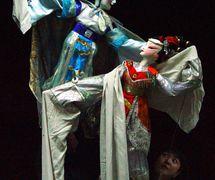 <em>Les papillons amoureux</em> (梁祝, 2001) par Zhongguo Muou Yishutuan (District de Chaoyang, Beijing, République populaire de Chine), mise en scène : Wang Zibin, conception et fabrication : Liu Ji, Zhang Shihua, marionnettistes : Li Yaru, Wang Lei. Marionnettes à tiges, hauteur : 70-100 cm. Photo réproduite avec l'aimable autorisation de Zhongguo Muou Yishutuan